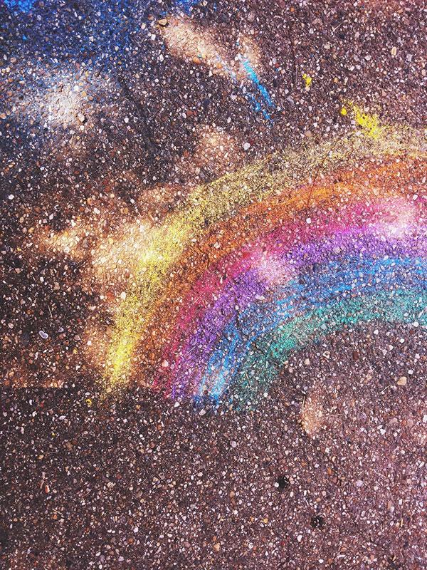 duga nacrtana kredama u boji