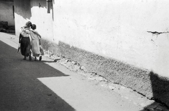 Dve devojčice zagrljene idu ulicom, Sarajevo 1965.