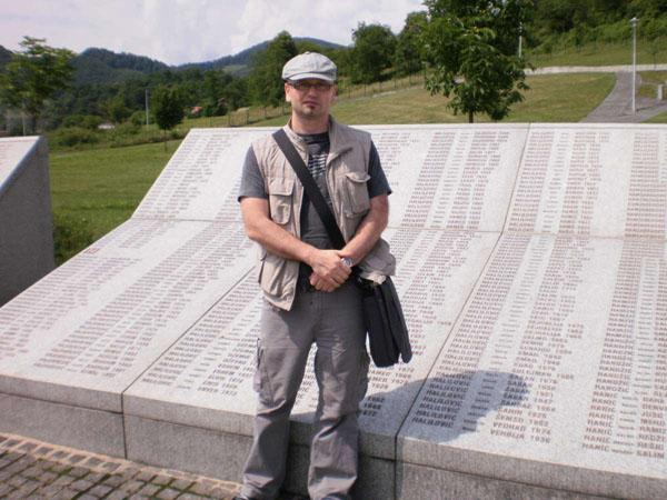 Hariz Halilović ispred imena svoje rodbine u MC Potočari