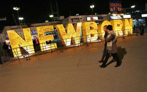 Newborn, spomenik u centru Prištine