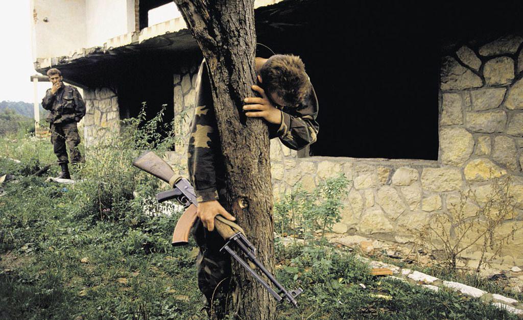 naoružan vojnik plače