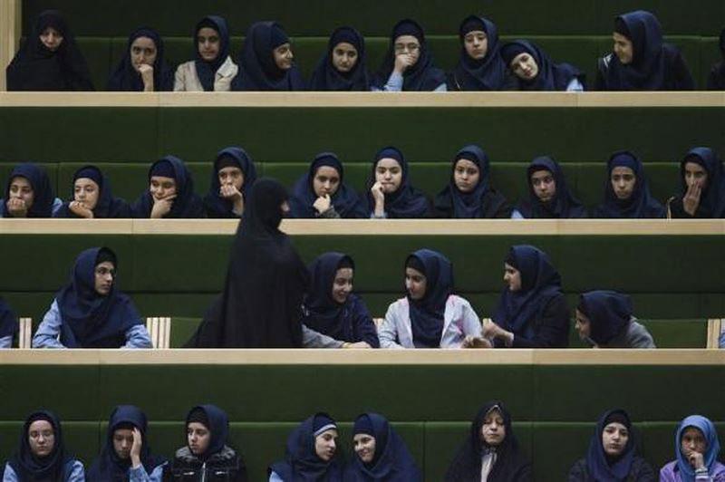 Učenice u iranskom parlamentu, novembar 2009.