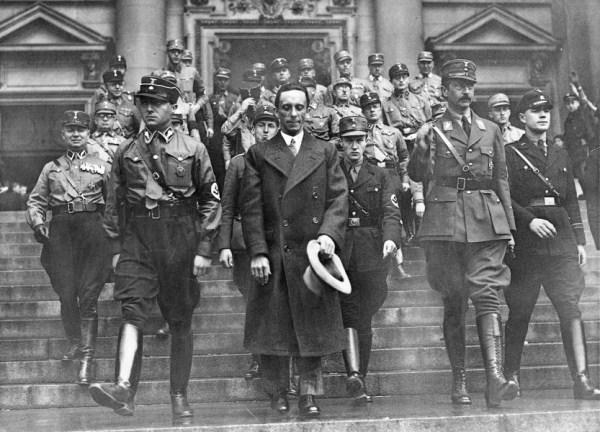 Vrh nacističke partije izlazi iz berlinske katedrale, gde je 20. aprila 1933. održana služba povodom Hitlerovog rođendana. U sredini Jozef Gebels u civilu, desno grupenfirer SA i princ August Vilhelm od Pruske, a levo grupenfirer SA Karl Ernst