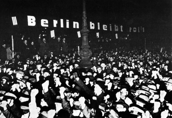 """Protest februara 1933. zbog ulaska nacionalsocijalista u vladu. Na transparentu je slogan: """"Berlin ostaje crven""""."""