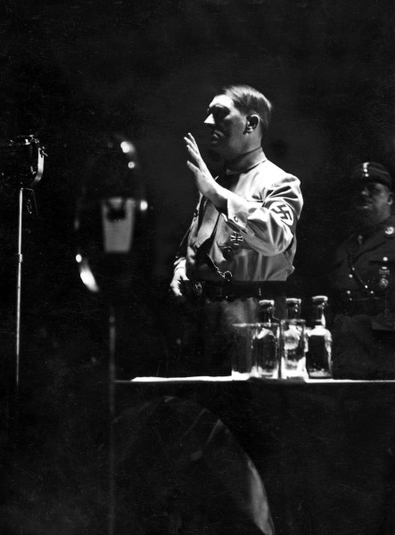 Obraćanje berlinskom SA u Palati sportova, proleće 1933. Iza Hitlera je šef SA Ernst Rem. Godinu dana kasnije Hitler je naredio njegovu likvidaciju.