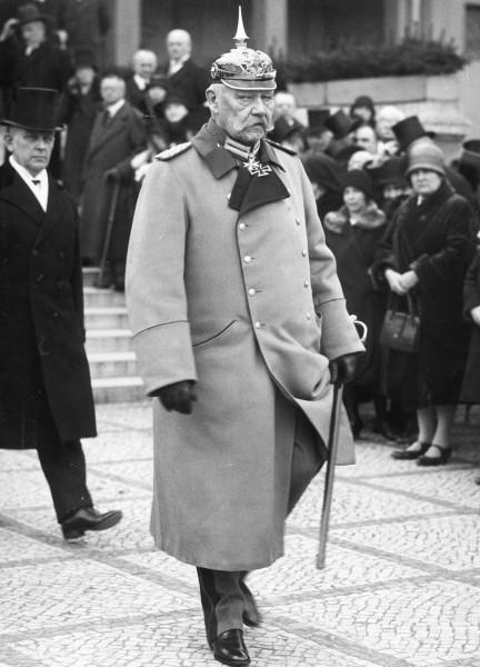 Rajhspredsednik Hindenburg 1930. u uniformi carske armije sa špicastim šlemom.