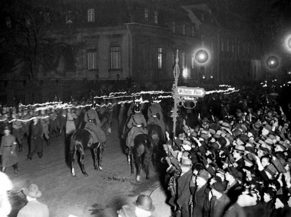 Nacionalsocijalisti sa upaljenim bakljama slave preuzimanje vlasti, Vilhelmov trg