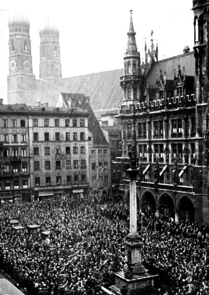 Masa na Marien trgu u Minhenu 9. marta 1933, podizanje zastave