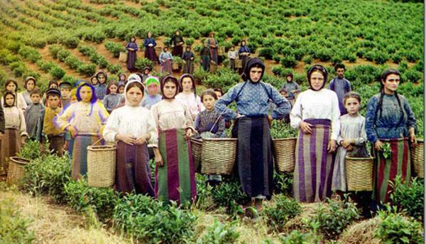 žene i deca u polju poziraju nakon teškog rada