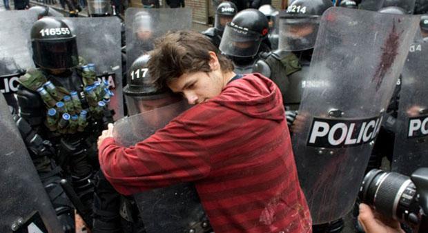 Student grli policajca na protestu protiv reforme obrazovanja, Bogotá, Colombia, 2011.
