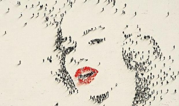 Marilyn Monroe portrait made by crowd, Alan Craig