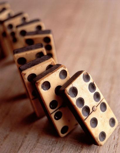 drvene domine koje se ruše