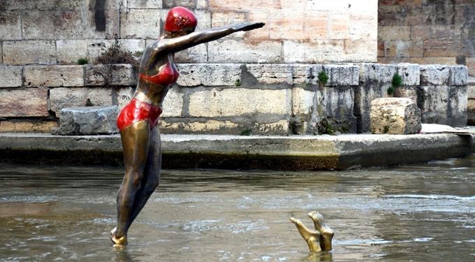 Mimmo Feminò, Diver girls statues in Vardar river http://bit.ly/1n4PTX3