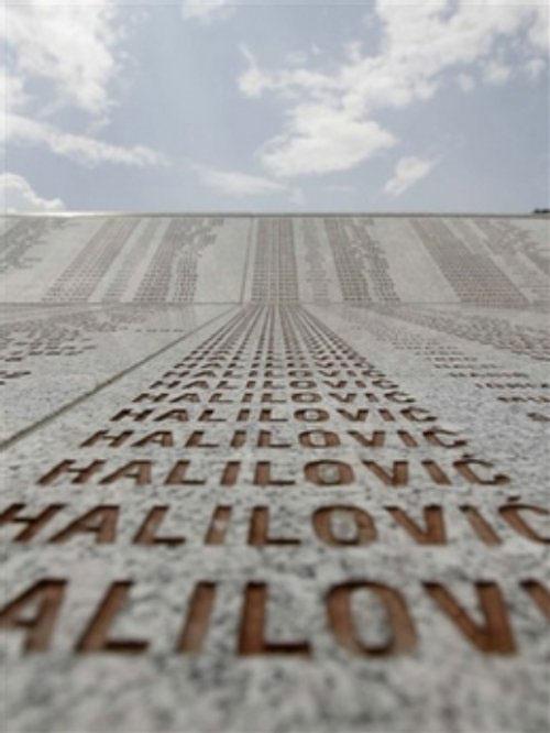 Spomenik sa imenima stradalih u genocidu u Srebrenici