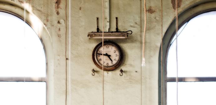 sat na zidu