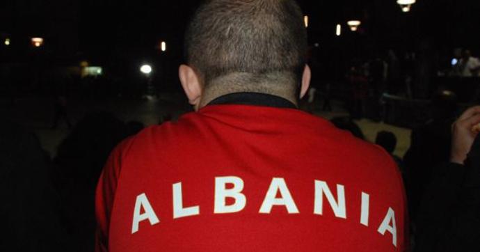 čovek viđen s leđa u dresu na kome piše Albanija