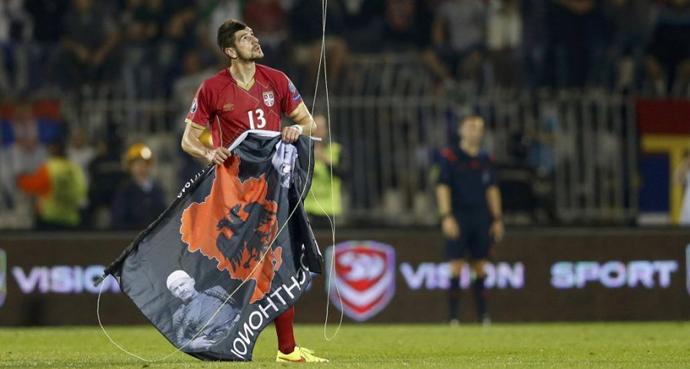 Fudbaler srbijanske reprezentacije drži albansku zastavu