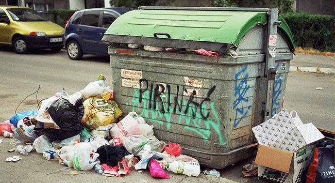 prepun kontejner na kome piše Pirinać