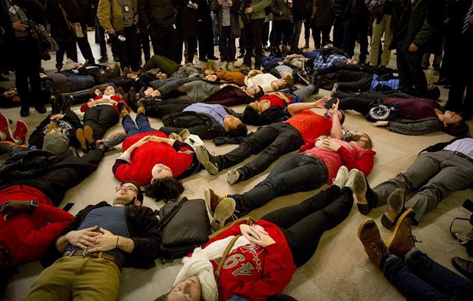 'Die-in' protest, Njujork, decembar 2014, foto: Brendan McDermid/Reuters http://goo.gl/mpYMQe