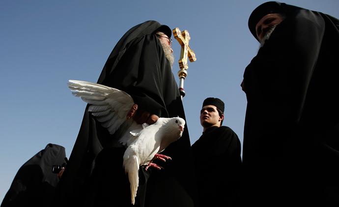 Grčki sveštenik na obali reke Jordan, foto: Baz Ratner/Reuters http://goo.gl/4a8Ia0
