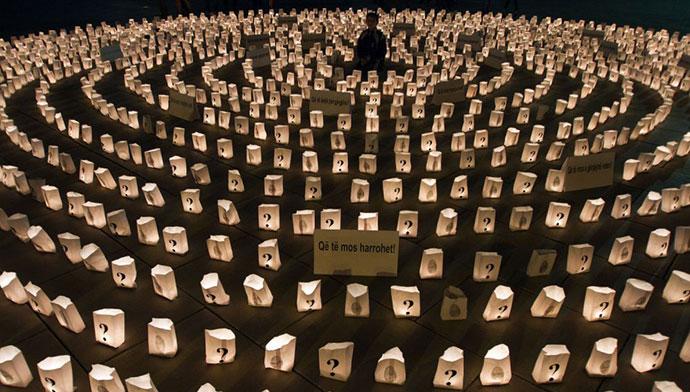 Instalacija povodom Dana nestalih, Priština; upaljene sveće sa znakom pitanja