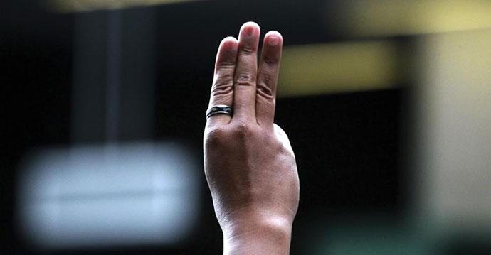 Protesti na Tajlandu 2014, tri prsta, foto: Wason Wanichakorn/AP