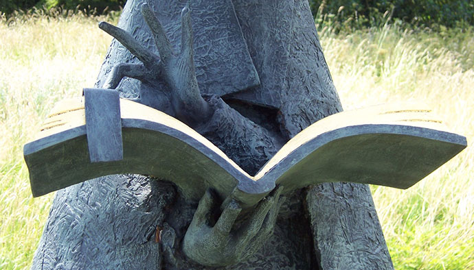 skulptura čitaoca knjige
