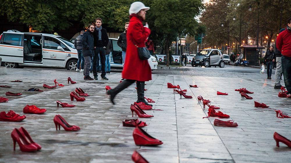 Crvene cipele u spomen žrtvama femicida, Palermo, foto: Antonio Melita/Demotix/Corbis