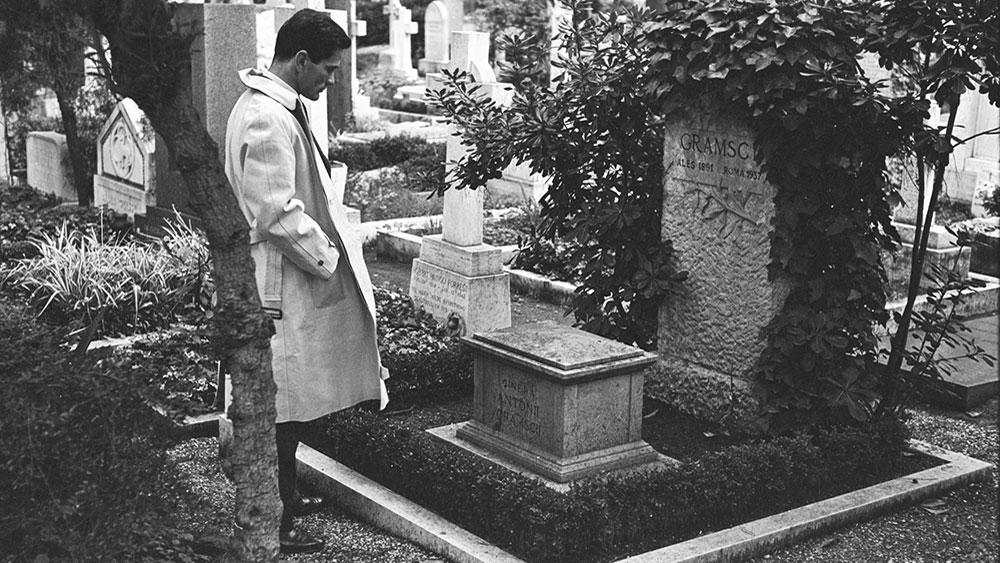 Pjer Paolo Pazolini na grobu Antonija Gramšija, 1970.