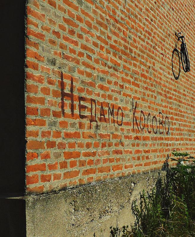 natpis na zidu: Nedamo Kosovo (ćirilicom i negacija spojena sa glagolom)