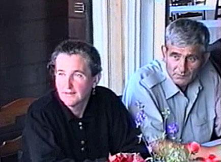 Razgovor u Bratuncu. Ćamila Purković i Ibro Nuhanović. 12. juli 1995. Snimak sa TV.