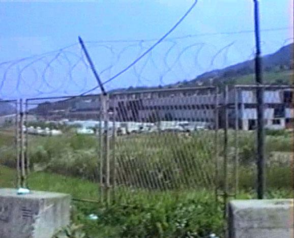 Sjedište holandskog bataljona u Potočarima. 20. juli 1995. Snimak sa TV.