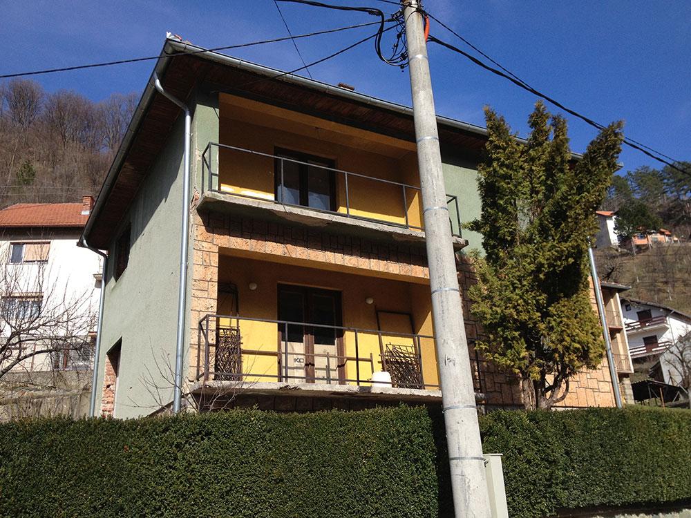 Srebrenica. Kuća Bašića u kojoj je od septembra 1992. do jula 1995. živjela porodica Nuhanović. Snimak iz 2012. Snimio B. Kontić