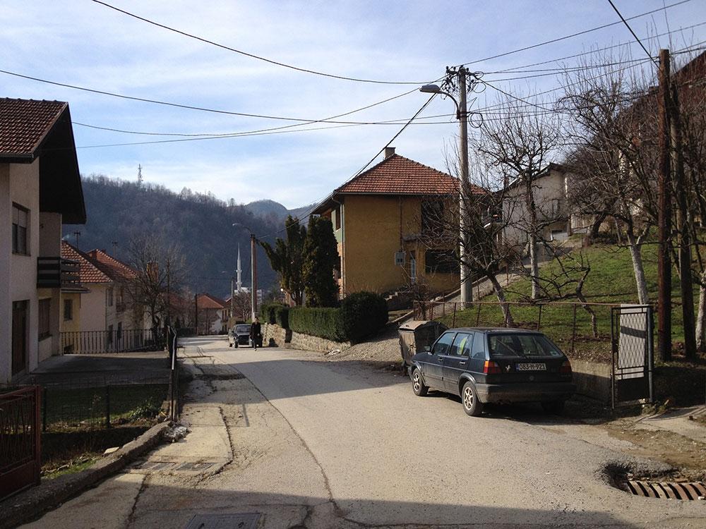 Ulica u Srebrenici. Kuća u kojoj su stanovali Nuhanovići, prva sa desne strane. Snimak iz 2012. Snimio B. Kontić