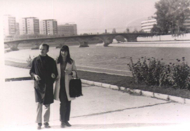 Miša i Marija u Skoplju na obali Vardara