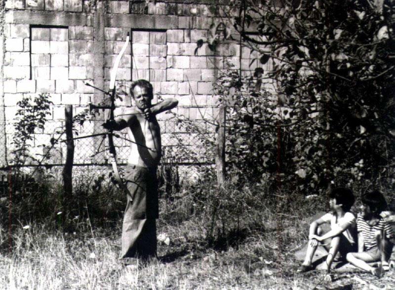 Miša trenira gađanje dok ga posmatraju sinovi Luka i Marko