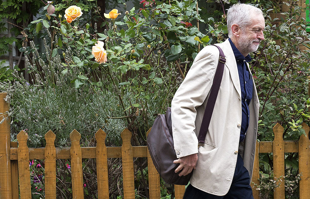 Jeremy Corbyn ispred svoje kuće u severnom Londonu, foto: Anthony Devlin/PA Wire