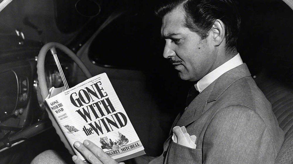 Klark Gejbl čita Prohujalo sa vihorom, foto: Hulton archive/Getty images