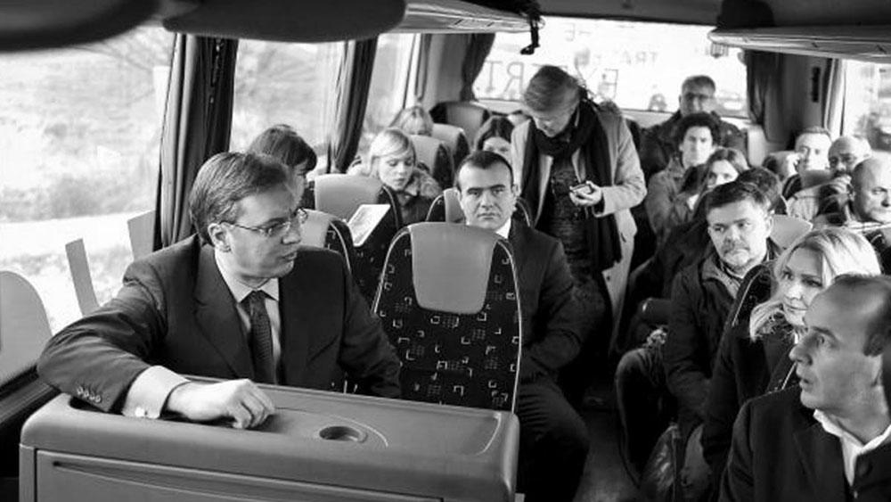 Za otvaranje i obilazak puta Aranđelovac-Krćevac, vlada Srbije je iznajmila autobus.