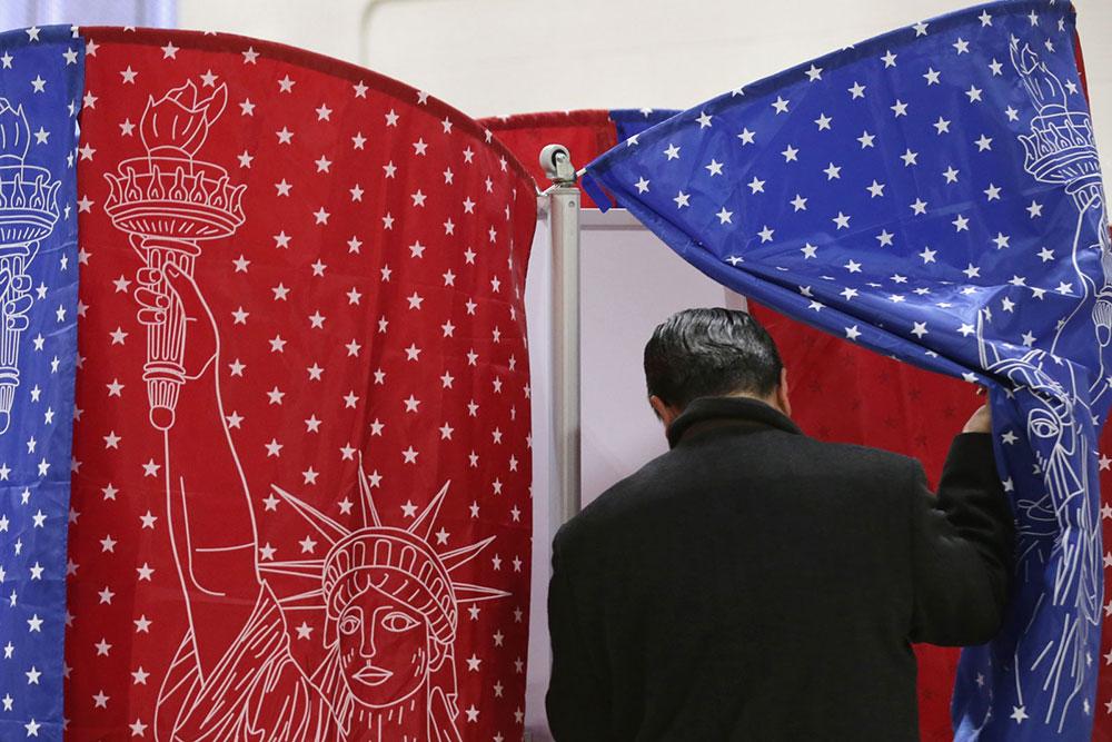 Glasač na primarnim izborima u Mančesteru u Nju Hempširu, 9. februara 2016, foto: Chip Somodevilla/Getty Images