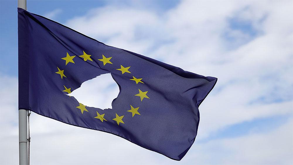 Zastava EU na pola koplja ispred kuće u Knutsford Cheshire, dan posle referenduma 24. juna 2016, foto: Christopher Furlong / Getty Images