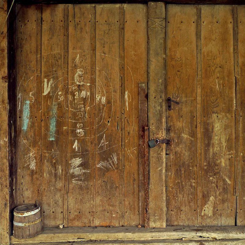 Drvena vrata na kojima je nacrtana meta