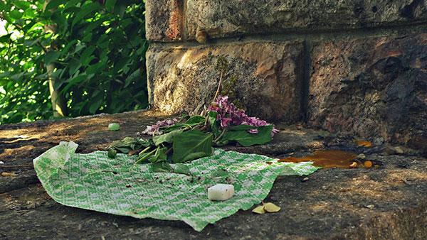 Kocke šećera ostavljene kao ponude za mrtve na spomeniku