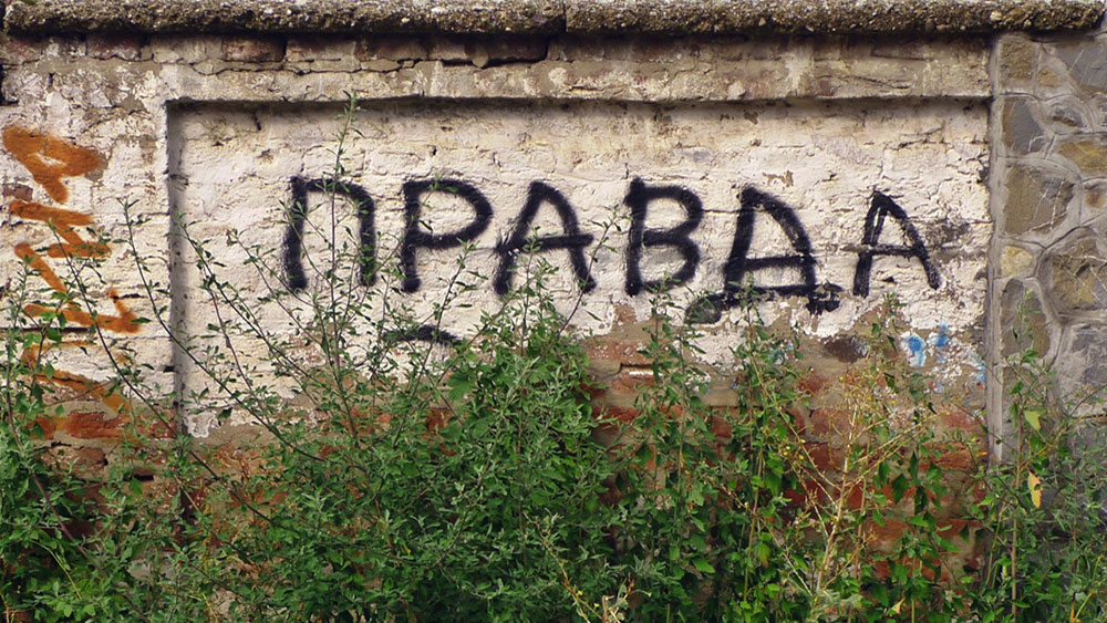 grafit Pravda na oronulom zidu