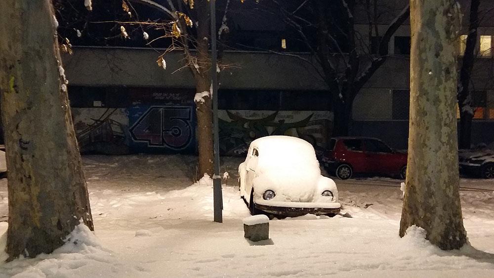 automobil prekriven snegom