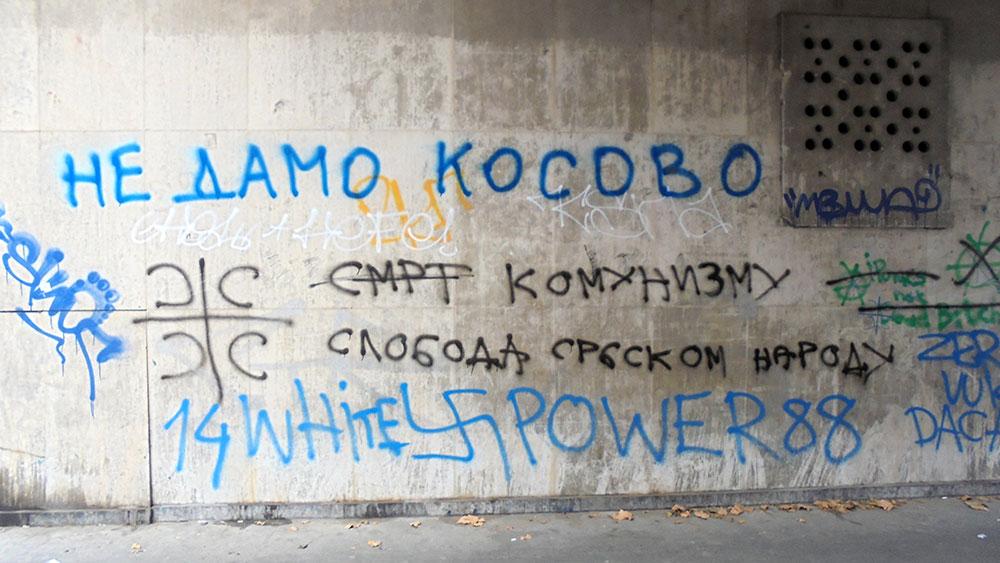 grafiti na zidu, između ostalih i grafit Ne damo Kosovo