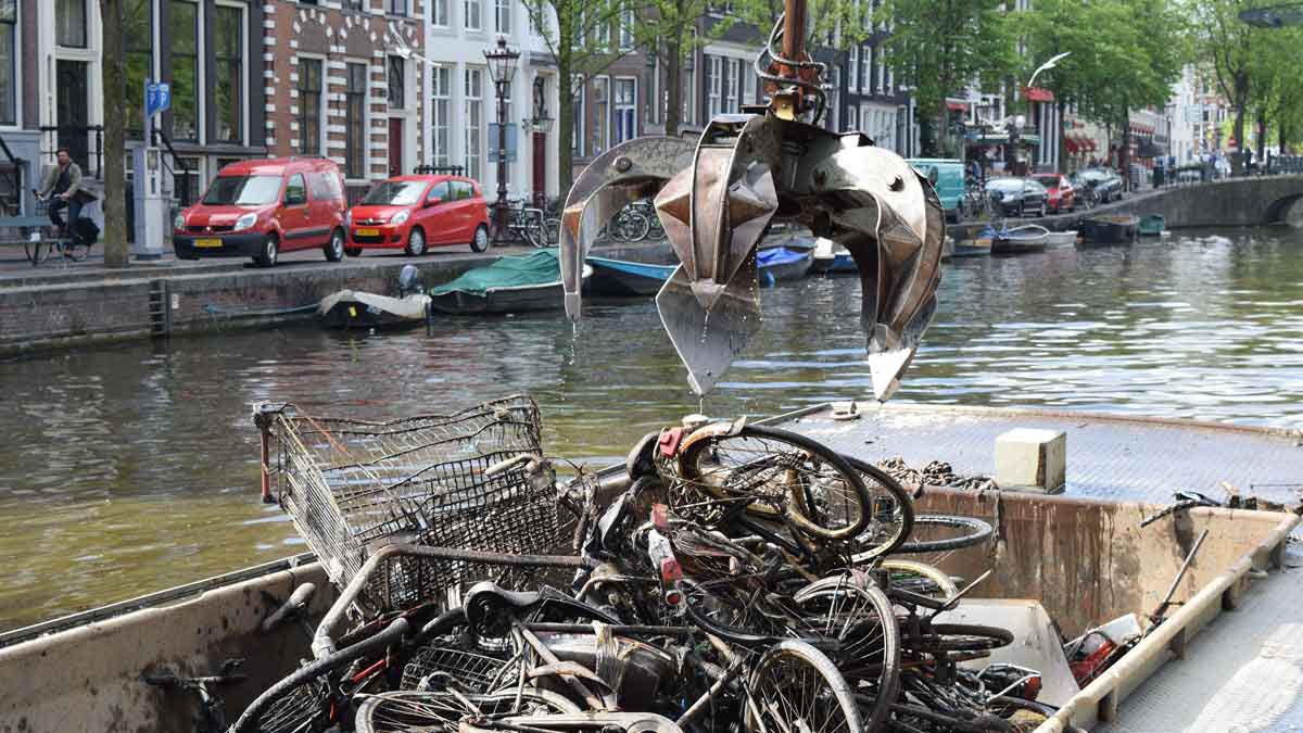 Vađenje bicikala iz kanala u Amsterdamu, foto: Pien Huang