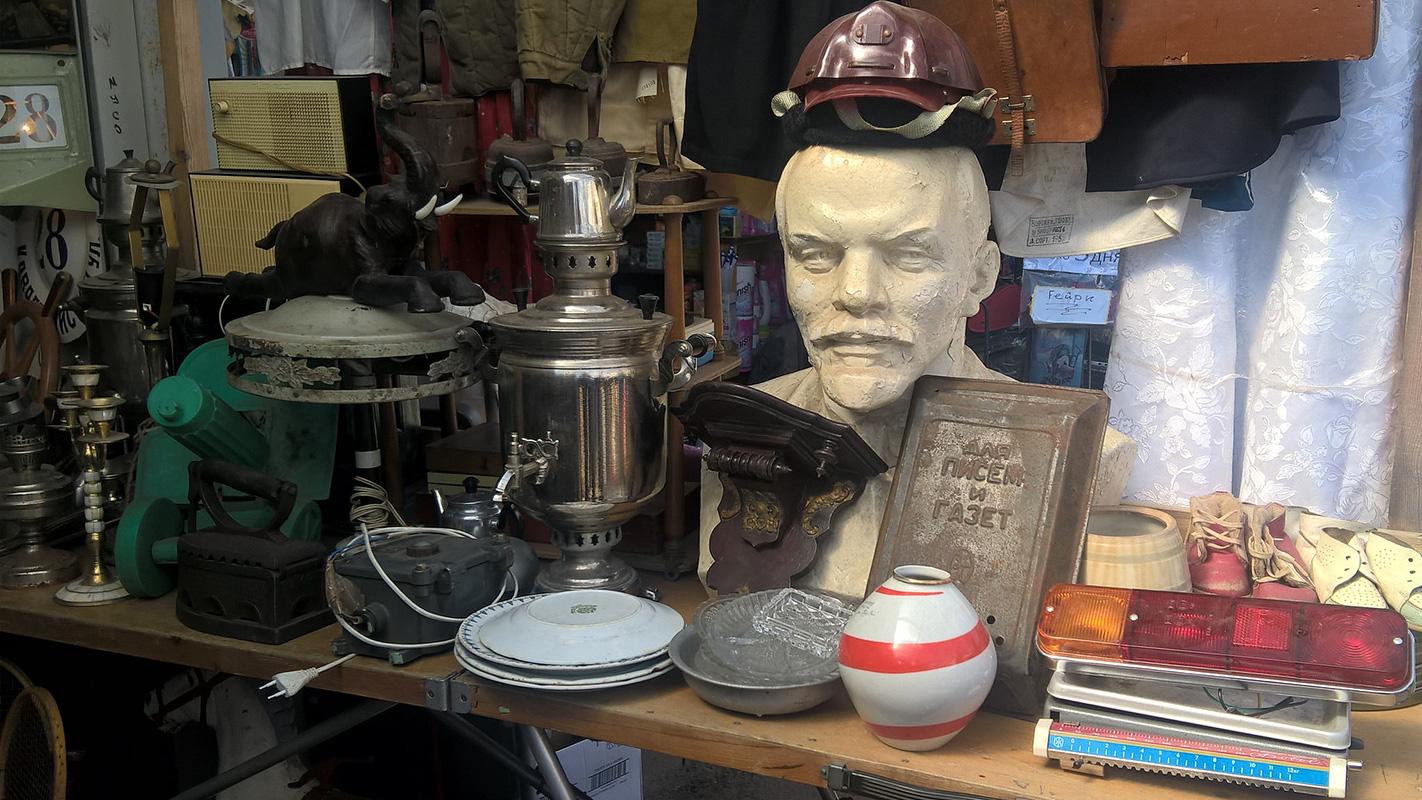 Bista Lenjina sa vatrogasnim šlemom na glavi u izlogu starinarnice