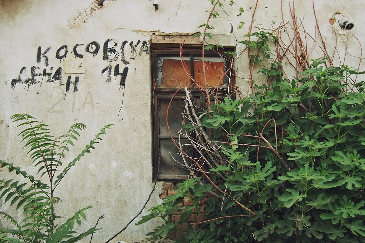 zid napuštene kuće na kome piše Kosovska 14