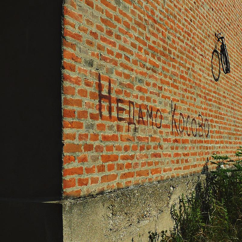 zid na kome piše Nedamo Kosovo